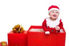 站立在一个巨大的圣诞节礼物盒的男婴 免版税库存照片