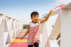 站立在一个木桥的亚裔矮小的中国女孩 库存图片