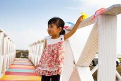 站立在一个木桥的亚裔矮小的中国女孩 免版税库存图片
