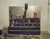 站立在一个木立场的钻子和轻拍 免版税库存图片