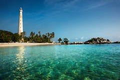 站立在一个海岛上的白色灯塔在勿里洞岛在白天 免版税图库摄影