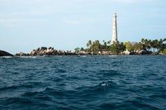 站立在一个海岛上的白色灯塔在勿里洞岛 图库摄影