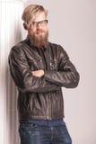 站立在一个白色专栏附近的胡子人 免版税库存图片