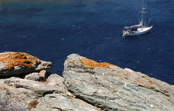 站立在一个美丽如画的盐水湖的游艇 库存照片