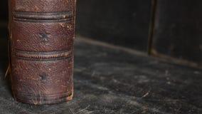 站立在一个老木书架的古色古香的皮革精装书 免版税库存图片