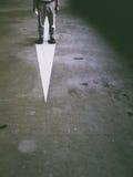 站立在一个被绘的箭头 库存照片