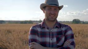 站立在一块麦田的人农夫的画象在一个晴朗的夏日 影视素材
