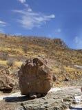 站立在一座小山的基地的大巨石城在Damaraland -纳米比亚 免版税库存照片
