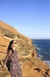 站立在一座山的美丽的女孩在特内里费岛 免版税库存照片