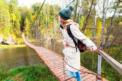 站立在一座木老桥梁的女孩 图库摄影