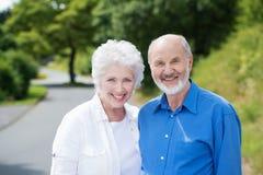 站立在一条农村路的年长夫妇 库存照片