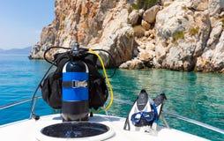 站立在一条小船的佩戴水肺的潜水设备在地中海 免版税库存照片