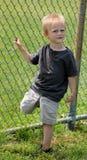 站立在一条腿的可爱的小孩男孩 免版税库存图片