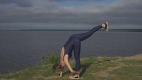 站立在一条腿,平衡训练,瑜伽的女孩 库存照片
