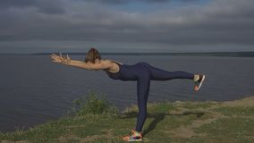 站立在一条腿,平衡训练,瑜伽的妇女 库存照片