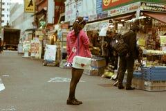 站立在一条街道上的日本佣人女孩在秋叶原,东京,日本 库存照片