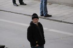 站立在一条街道的大卫・芬奇在乌普萨拉,瑞典 库存照片