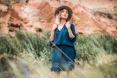 站立在一棵草的年轻行家妇女夏天画象在晴天 库存图片
