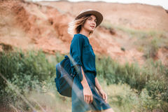 站立在一棵草的年轻行家妇女夏天画象在晴天 免版税库存图片
