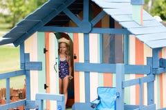 站立在一点房子的门的女孩 免版税库存图片