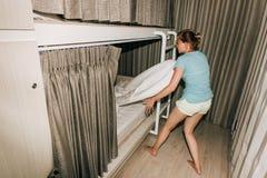 站立在一间时髦的旅舍卧室的女孩 免版税库存照片