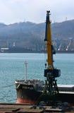 站立在不冻港港的码头的一条巨大的散装货轮Nord导电线的弓  东部(日本)海 24 04 2015年 图库摄影