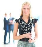站立在与一个文件夹的前景的女商人在她的手上 免版税库存图片