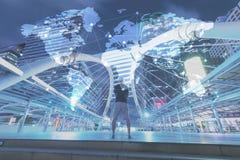 站立在与世界地图和连接的小点的公开步行途中的人 免版税库存图片