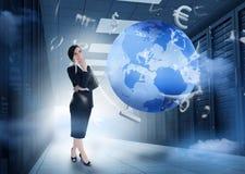 站立在与地球和货币gr的数据中心的女实业家 免版税库存图片