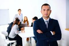 站立在业务会议前面的商人 免版税图库摄影