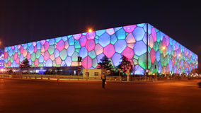 站立在中国国家游泳中心前面的警察在亚太经合会议中 库存图片