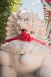 站立在中国寺庙的被雕刻的石狮子 免版税库存图片