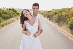 站立在乡下路的爱恋的夫妇 免版税图库摄影