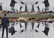 站立在云彩的被倒置的办公室的商人与地平线 免版税库存图片