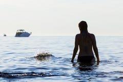 站立在亚得里亚海的妇女 库存图片