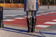站立在交叉路和等待对十字架的妇女 免版税库存照片