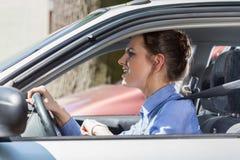 站立在交通堵塞的愤怒的妇女 免版税图库摄影