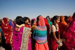 站立在人群,印度的莎丽服的五颜六色的妇女 免版税库存照片
