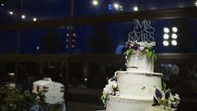 站立在人们跳舞反对窗口的大厅的婚宴喜饼 股票录像