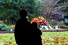 站立在他们的父母坟墓的弟弟和姐妹  库存图片