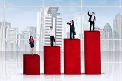 站立在企业图表的企业家 图库摄影