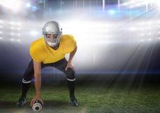 站立在体育场内的美国橄榄球运动员开始比赛 库存照片