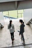站立在体育场的扶手栏杆的两个年轻女运动员 库存图片