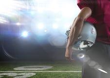 站立在体育场背面图的美国橄榄球运动员 库存照片