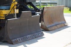 站立在修路-工业概念的推土机 免版税图库摄影