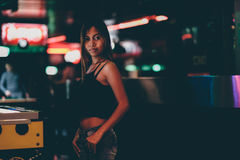 站立在俱乐部的美丽和性感的亚裔女孩 免版税图库摄影
