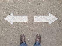 站立在做决定的交叉路方式去 免版税库存图片