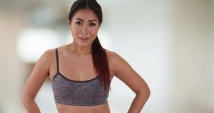 站立在健身房的中国妇女 免版税图库摄影
