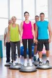 站立在健身房的平衡球的人们 库存图片