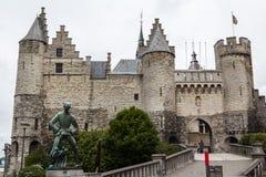 站立在入口的城堡对港口 库存图片